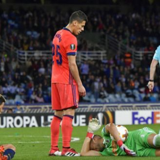 Moreno observa al portero de tras falta