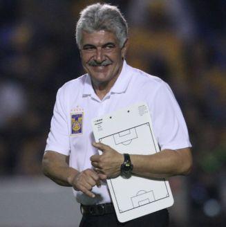 Tuca Ferretti, durante el partido frente a Atlas