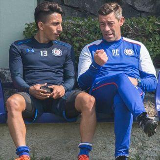 Ángel Mena platica con Caixinha en entrenamiento de Cruz Azul