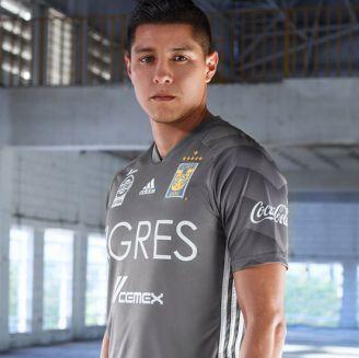 Ayala posa con el nuevo jersey universitario