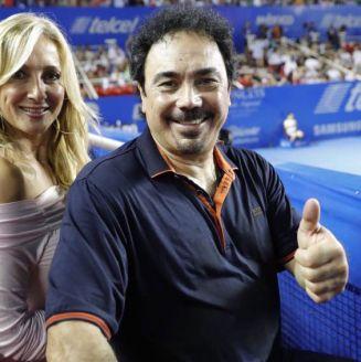 Hugo Sánchez, junto a su esposa en el AMT
