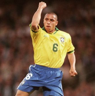 Roberto Carlos celebra gol con la playera de Brasil