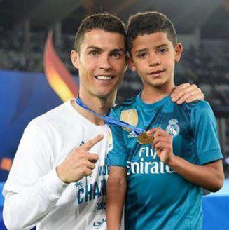 Cristiano Ronaldo junto a su primogénito,después de ganar el Mundialito