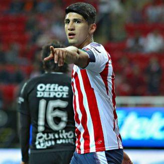 Alan Pulido celebra un gol frente a Pachuca