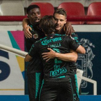 Djaniny Tavares festeja un gol con sus compañeros