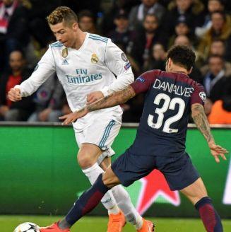 Dani Alves intenta quitarle el balón a Cristiano Ronaldo