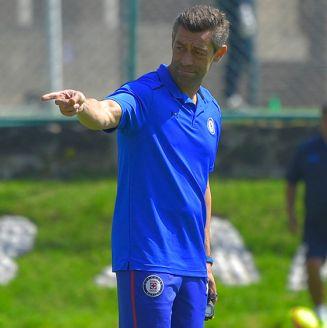 Pedro Caixinha dirige una práctica del Cruz Azul