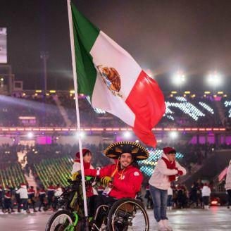Arly Velázquez desfila con la bandera de México