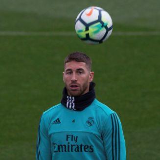 Sergio Ramos domina la pelota en un entrenamiento
