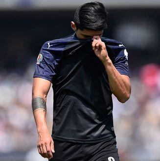 Alan Pulido se tapa del sol durante un juego con Chivas