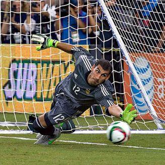 Nahuel Guzmán ataja un penalti con Argentina