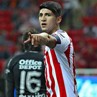 Alan Pulido señala durante el juego de Chivas