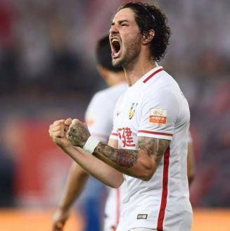 Alexandre Pato festeja gol con el Tianjin Quanjian