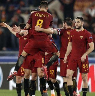 Jugadores de la Roma festejan pase a Cuartos