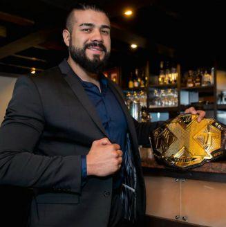 Andrade 'Cien' Almas sonríe para la cámara con su cinturón de NXT