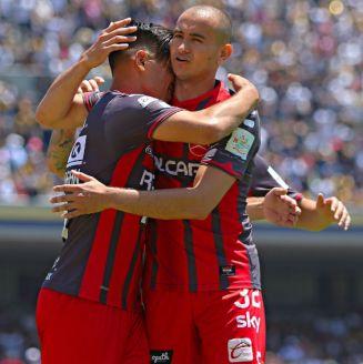 Barraga y González durante el partido contra Pumas