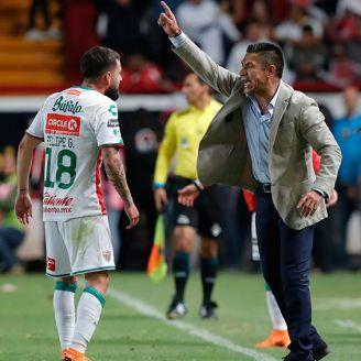 Nacho Ambriz da instrucciones durante un juego con Necaxa