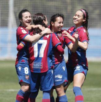 Charlyn Corral festeja con sus compañeras un gol contra Santa Teresa