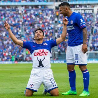Mena festeja su gol contra Morelia en la cancha del Estadio Azul