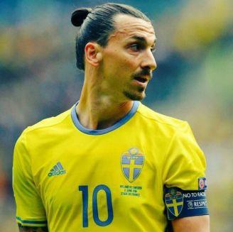 Zlatan voltea a ver aficionados en partido amistoso de Suecia