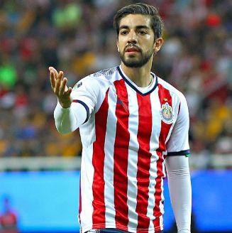 Pizarro se queja durante un encuentro con las Chivas