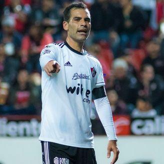 Rafa Márquez disputa un juego con el Atlas