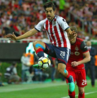 Pizarro controla el esférico en el juego contra Toronto FC