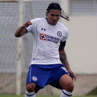 Carlos Peña disputa un juego con la Sub 20 de Cruz Azul
