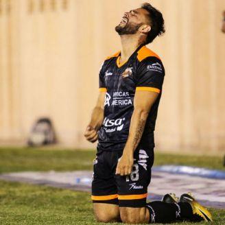 Sergio Nápoles se lamebta durante un partido