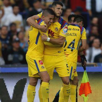 Guido Rodríguez felicita a Mateus por gol contra Pumas