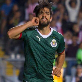 Pizarro celebra un gol con Chivas