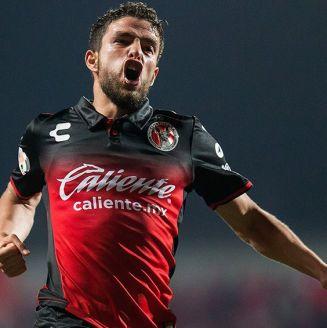 José Rivero celebra gol contra Rayados