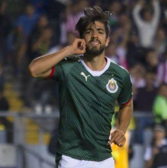 Rodolfo Pizarro festeja un gol con Chivas