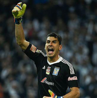 Nahuel Guzmán reclama una acción durante un juego con Tigres