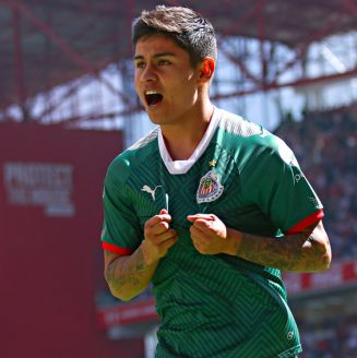 López celebra un gol con las Chivas