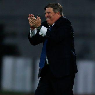 Miguel Herrera felicita a su equipo en el partido contra Pumas