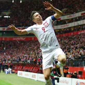 Robert Lewandowski celebra gol con Polonia