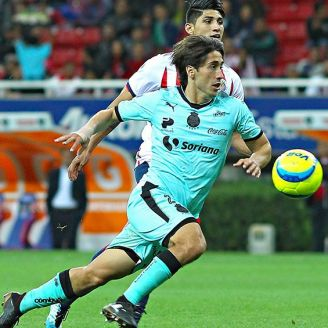 Javier Abella controla el balón en un juego entre Santos y Chivas