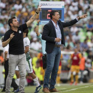 Siboldi da indicaciones en un partido de Santos
