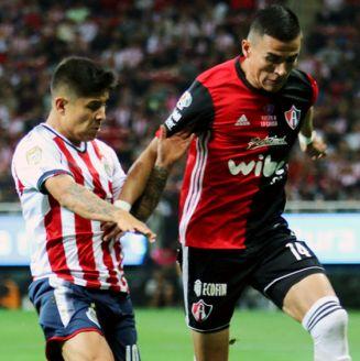Luis Reyes disputa el esférico en un duelo contra Chivas