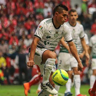Osvaldo Martínez controla el balón en el duelo contra Toluca