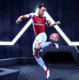 Mesut Özil luce nueva camiseta del Arsenal