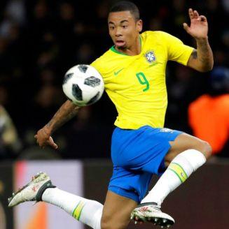 Gabriel Jesús domina el balón en un partido con la selección de Brasil