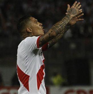 Paolo Guerrero se lamenta en un partido de Perú