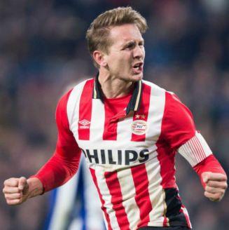 Luuk de Jong celebra una anotación con el PSV