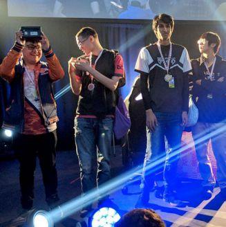 Leo, levantando su reconocimiento tras ganar el torneo de Smash Wii U en Get On My Level