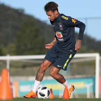 Neymar conduce el balón el entrenamiento de Brasil