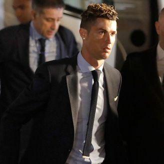 Cristiano Ronaldo baja del autobús del Real Madrid
