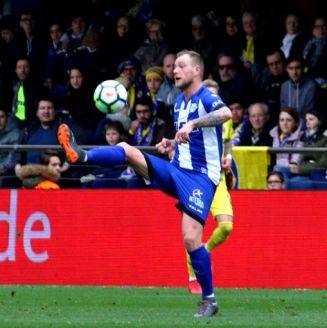 John Guidetti domina el balón en un juego con el Deportivo Alavés