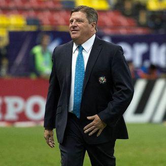 Miguel Herrera camina en la cancha del Estadio Azteca